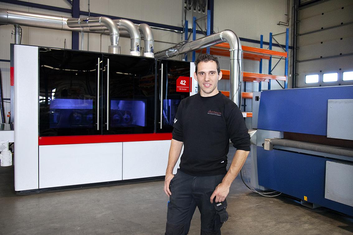 Operator lasersnijmachine Ruben bij de schuurmachine